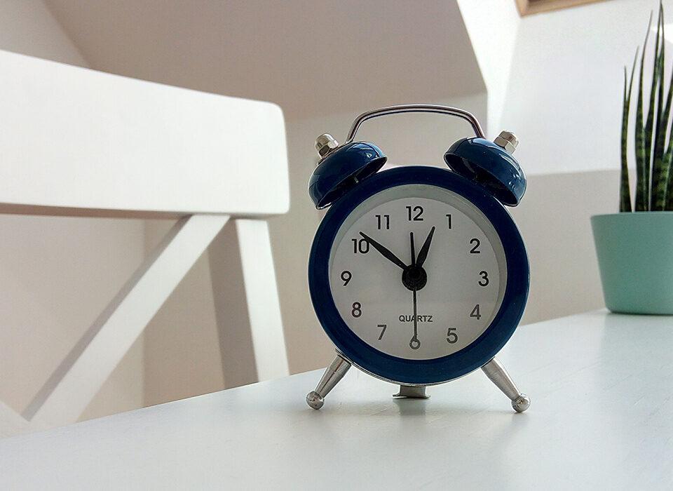 relógio encima de uma mesa