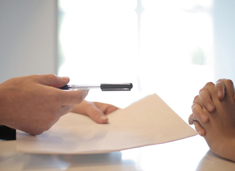 pessoa passando contrato para outra