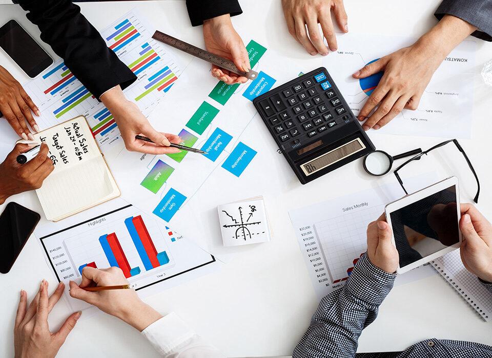 mesa de escritório de contabilidade com funcionários trabalhando