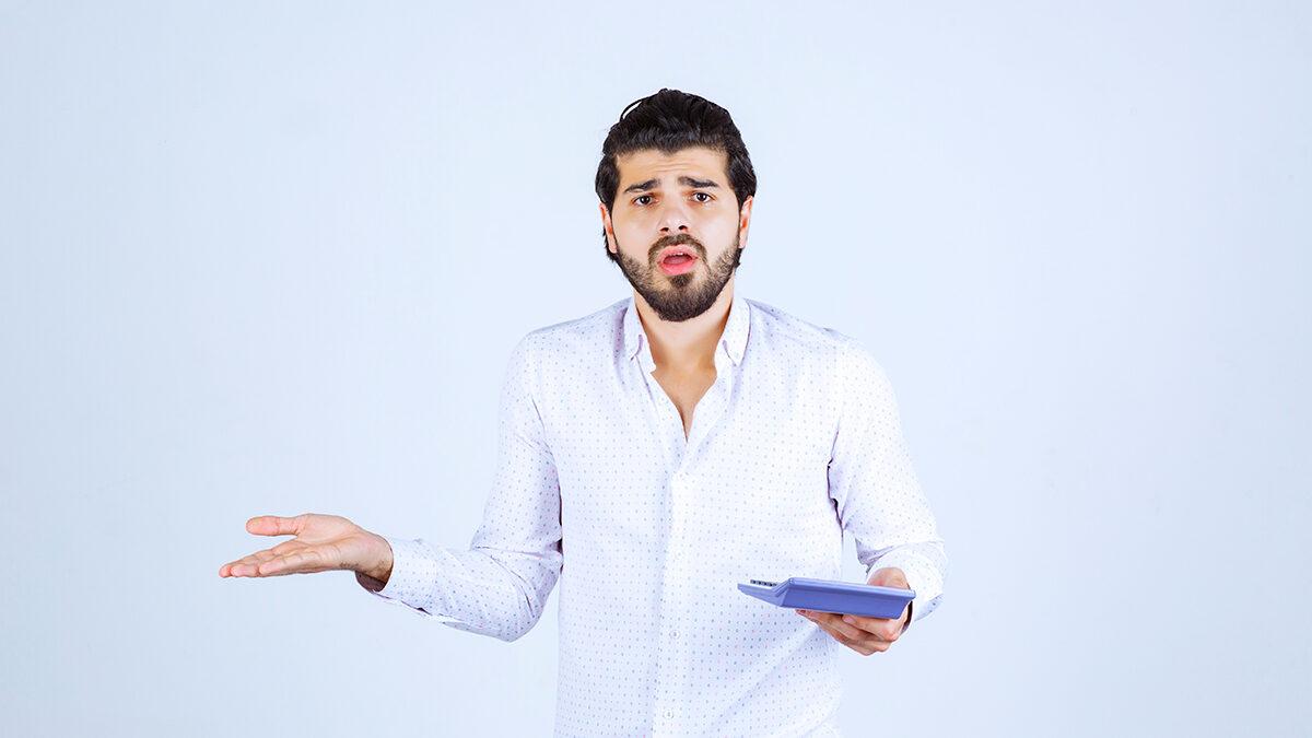 homem com calculadora na mão